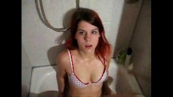 تبقى عارية في حوض الاستحمام حتى يتمكن صديقها من ضربها واللعب