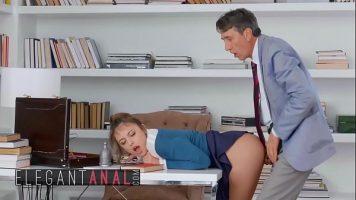 السكرتيرة هي المرأة التي يريد كل رئيس وضعها على المكتب