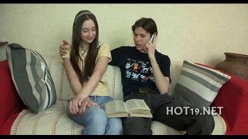 الطالب الذي يذاكر كثيرا الذي يريد ممارسة الجنس لأول مرة مع شقيقها لأنه كذلك