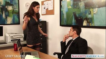 زميله المطلق في المكتب يريد ممارسة الجنس ويعرض نفسه على رجل