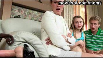 هذه الجبهة تظهر حقًا لامرأة شابة كيف تمتص قضيب الرجل