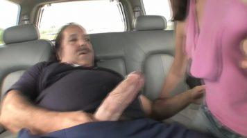 رجل لديه قضيب سميك للغاية يريد أن يمارس الجنس مع فتاة سمراء لديه
