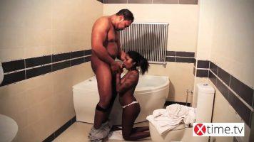 زوجان أسودان يمارسان الجنس بدون وقاية في الحمام