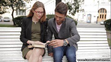 يخطط شابان يلتقيان على مقعد في الحديقة للتصوير
