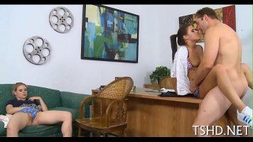 اثنان من المراهقين الجيدين يمارسان الجنس في مكتب مجلس المدرسة