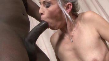 فتاة شقراء عجوز تمتص ديك أسود مع ديك كبيرة